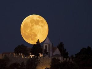 Enorme luna junto a la muralla