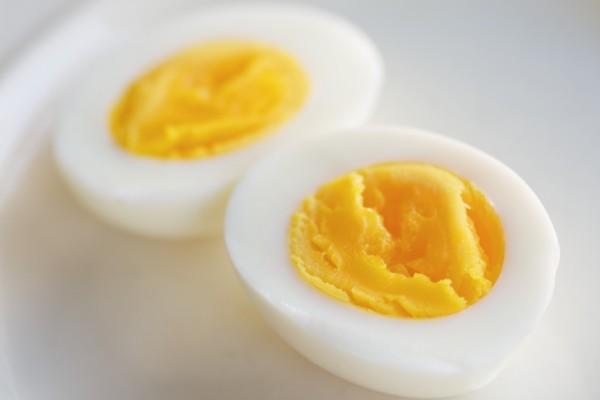Un huevo duro a la mitad