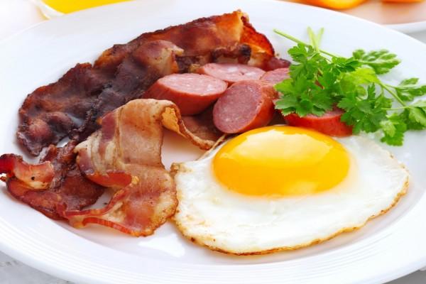 Huevo a la plancha con beicon y salchichas