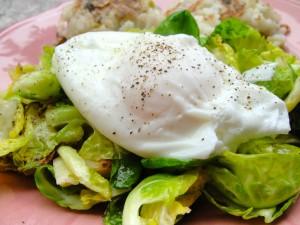 Huevo escalfado sobre coles de bruselas