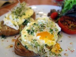 Postal: Huevos sobre tostadas con germinados