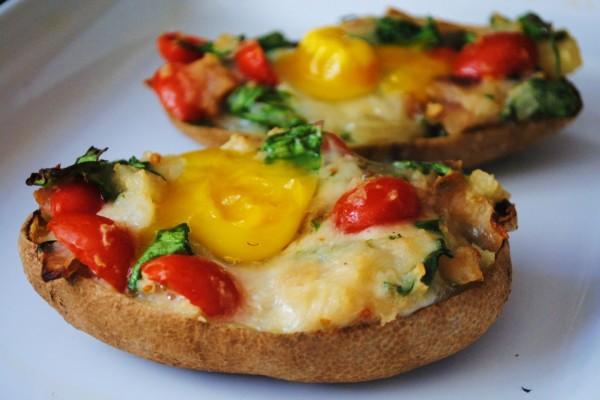 Huevos sobre patatas asadas