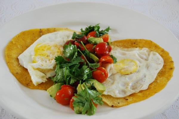 Huevos con tortillas de maíz y ensalada