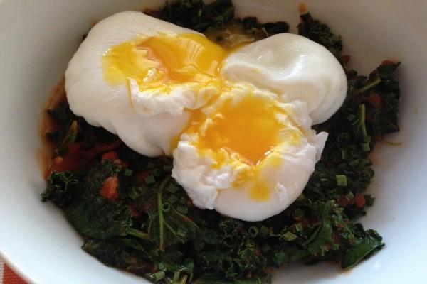 Huevos poché sobre ensalada