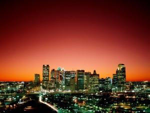 Cielo rojizo sobre la ciudad