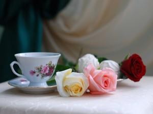Postal: Rosas junto a una taza de té