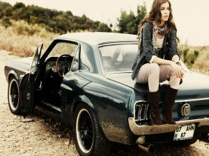 Sentada sobre el Mustang