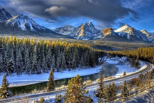 Vía de tren en un entorno nevado