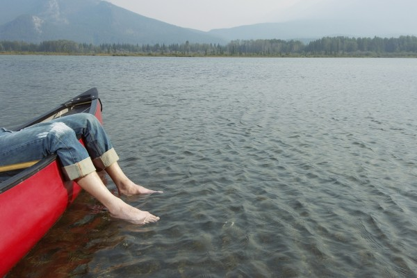 Pies en el agua del lago