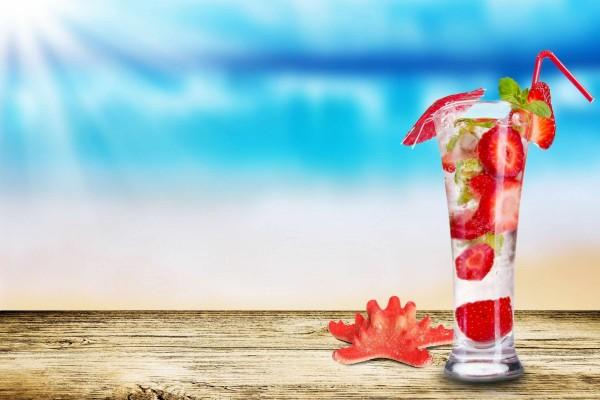 Bebida refrescante con fresas