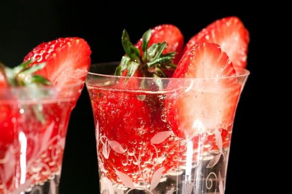 Bebida espumosa con fresas