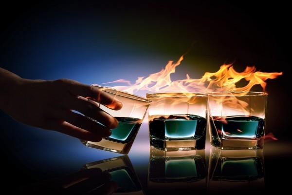 Tres bebidas en llamas