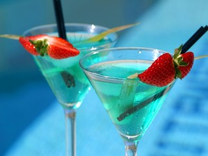 Cóctel azul con fresas