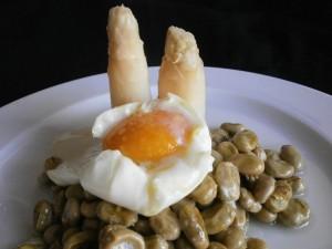 Huevo con habas y espárragos blancos