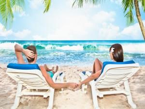Postal: Pareja de enamorados contemplando el mar