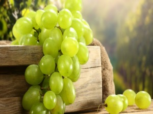 Postal: Uvas blancas sobre una caja