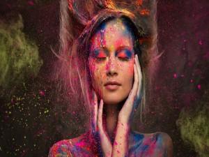 Postal: Pintura en aerosol sobre una mujer