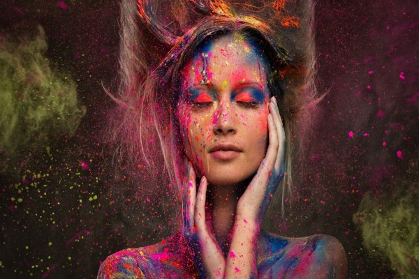 Pintura en aerosol sobre una mujer