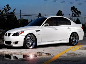 Postal: Un BMW de color blanco