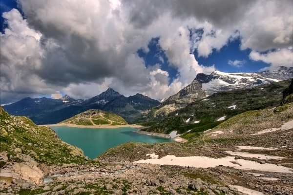 Grandes nubes sobre las montañas y el lago