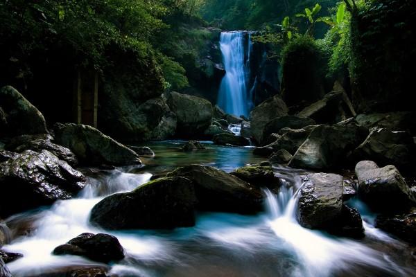 Cascada y grandes rocas en el río