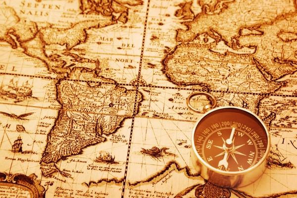 Una brújula sobre el mapa