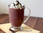 Taza de cristal con chocolate caliente y nata