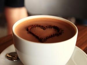 Taza de chocolate con un corazón de cacao