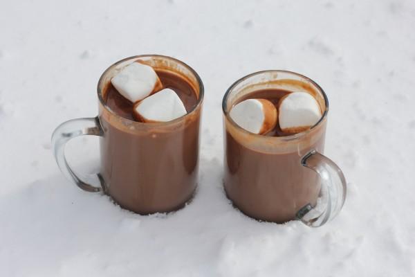 Chocolate caliente en la nieve