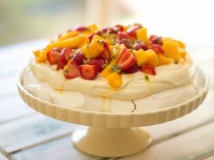 Postal: Tarta pavlova con frutas