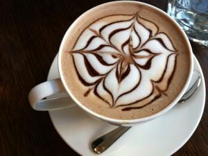 Flor dibujada en el chocolate