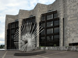 Escultura de Andreu Alfaro en el Ayuntamiento de Maguncia (Alemania)