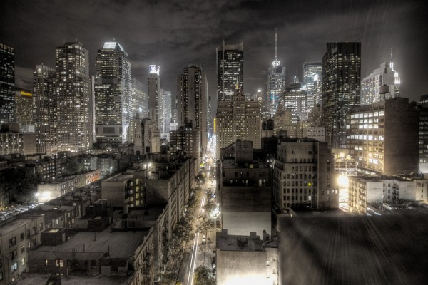El resplandor de las luces en la ciudad