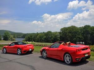 Postal: Dos Ferrari junto a un lago