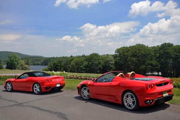 Dos Ferrari junto a un lago