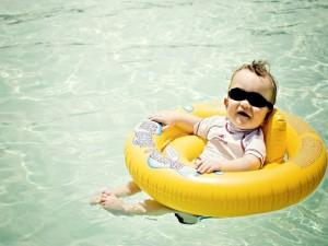 Un bebé en la piscina