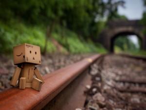 Danbo sentado en la vía del tren