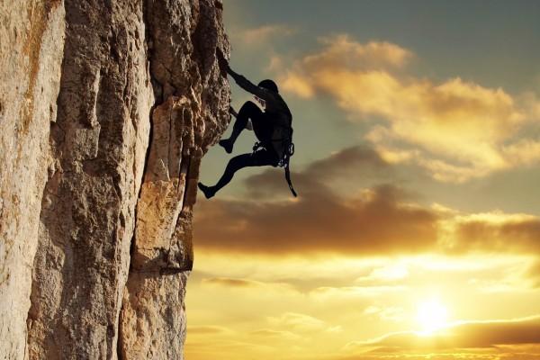 Escalando en la roca al atardecer
