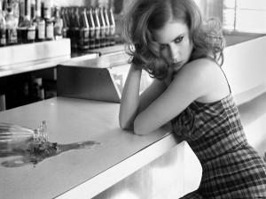 Postal: Amy Adams en blanco y negro