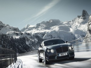 Bentley Continental GT, en una carretera nevada