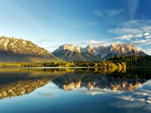 Postal: El paisaje reflejado en el lago