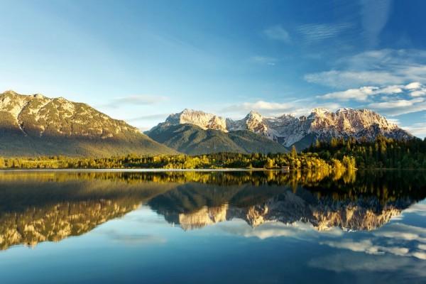 El paisaje reflejado en el lago