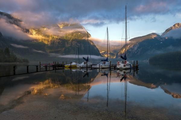 Barcos en el hermoso y tranquilo lago
