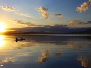Postal: Botes en el lago al atardecer