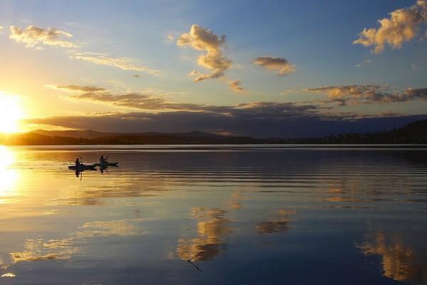 Botes en el lago al atardecer