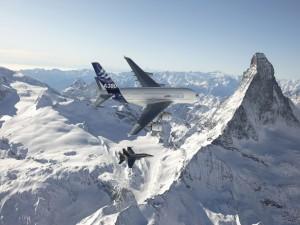 Postal: Airbus A380 y F/A-18 sobre las montañas