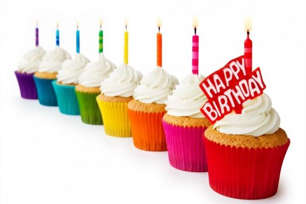 Festejando un cumpleaños con cupcakes