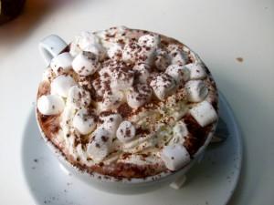 Chocolate caliente con malvaviscos y cacao
