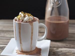 Taza de chocolate con nata y pistachos