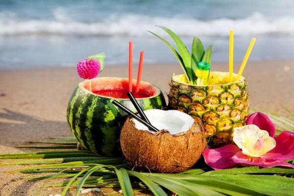 Cócteles de sandía, piña y coco en una playa